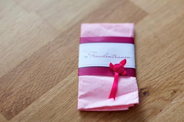 ピンクの包装紙のプレゼント